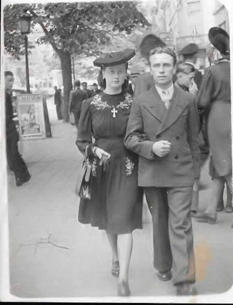 Maria en Alex op weg naar het gemeentehuis van Berchem voor hun huwelijk op 8 januari 1944