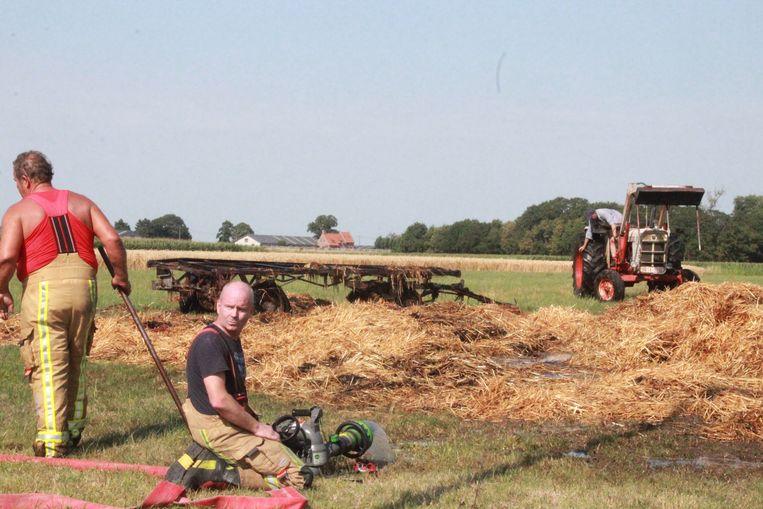Tractor met stro vat vuur
