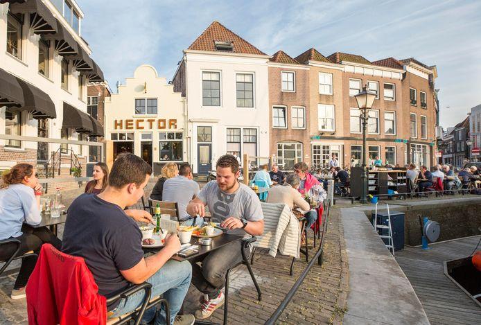 Bij restaurant Hector zitten ze maandag nog niet vol. Hoe anders is dat aan de kust, waar bij veel restaurants geen plek meer is.