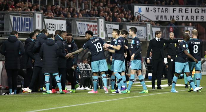 Jürgen Locadia viert zijn treffer met de PSV-bank.