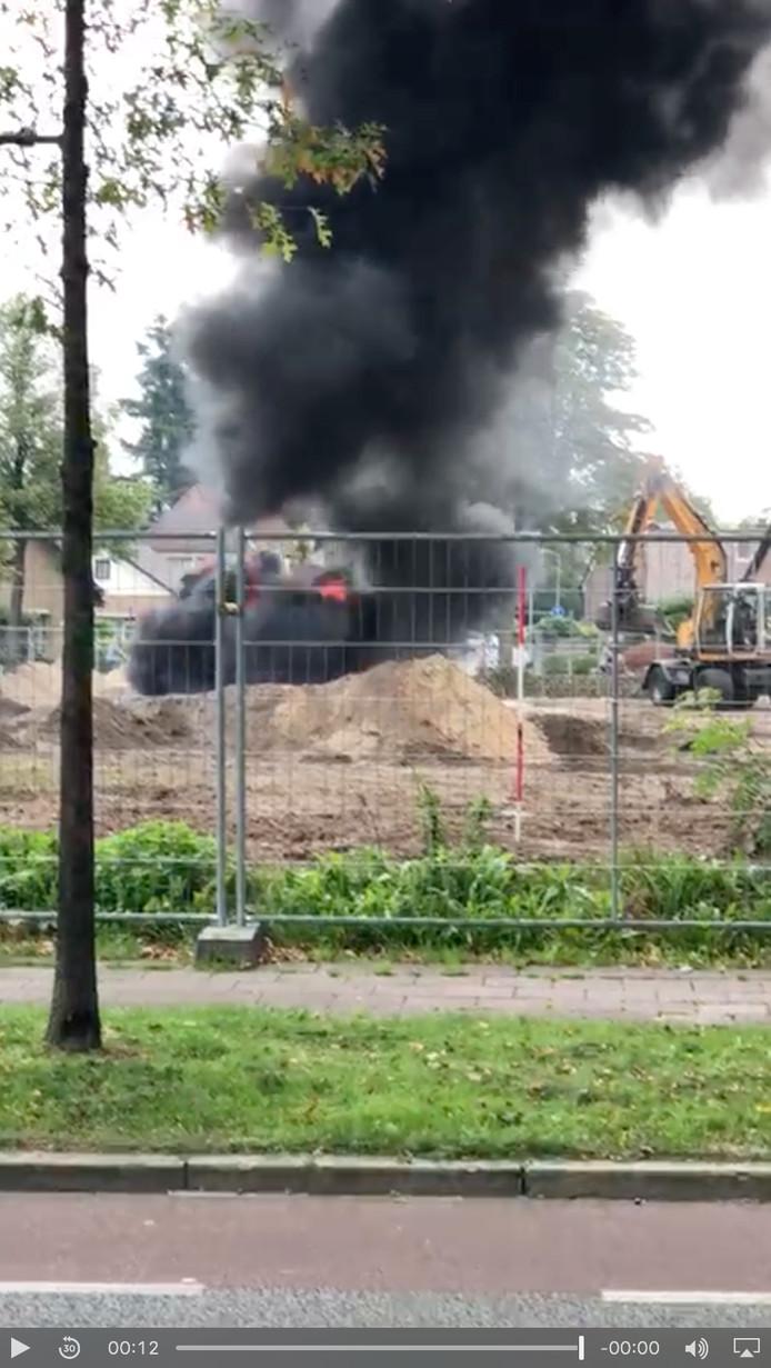 Een graafmachine stuitte in Nunspeet op een oude olietank in de grond, waarna de tank in brand vloog.