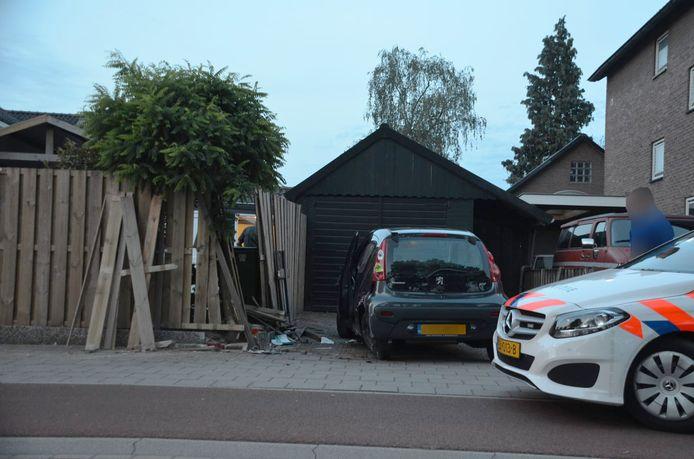 Aan de Molenstraat in Ede reed een personenauto op een schutting in.