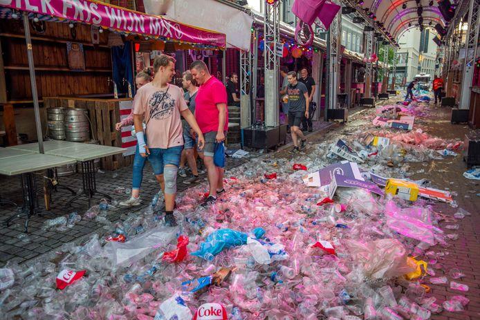 Afval dat afgelopen jaar achterbleef na Roze Maandag op de Tilburgse Kermis. Straks loont het om je beker in te leveren, is de gedachte.