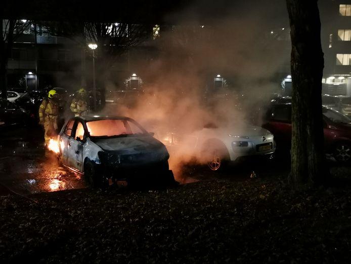 De brandweer blust aan de Dubbelhof in Ede.