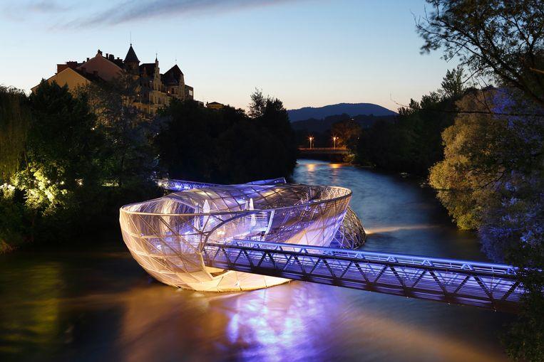 Het Murinsel, een brug annex openluchttheater drijvend in de Mur, de rivier die de stad in tweeën deelt. Beeld Getty Images