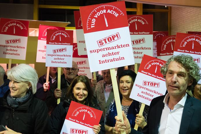 Actievoerders in het gemeentehuis van Nieuwkoop die protesteren tegen de komst van supermarkten bij Intratuin in Ter Aar. Archiefbeeld.