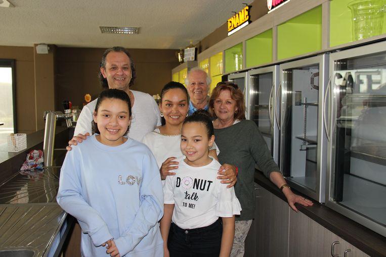Samen met zijn moeder Karien, vader Milo, vrouw Anny en kinderen Yanelly en Anicha ziet Sacha het groots voor de cafetaria van de sporthal.