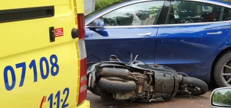Scooterrijder gewond door botsing met auto in Ede