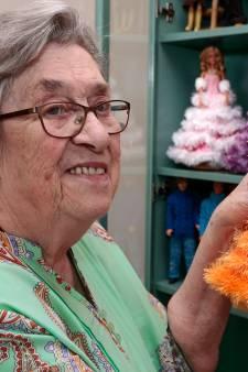 Van avondjurk tot hippe legging: Josien (86) breit en ontwerpt kleding voor Barbie