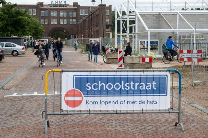 Bij de basisschool de Ontdekking heeft de gemeente dit jaar voor het eerst een schoolstraat ingericht met eenrichtingsverkeer.