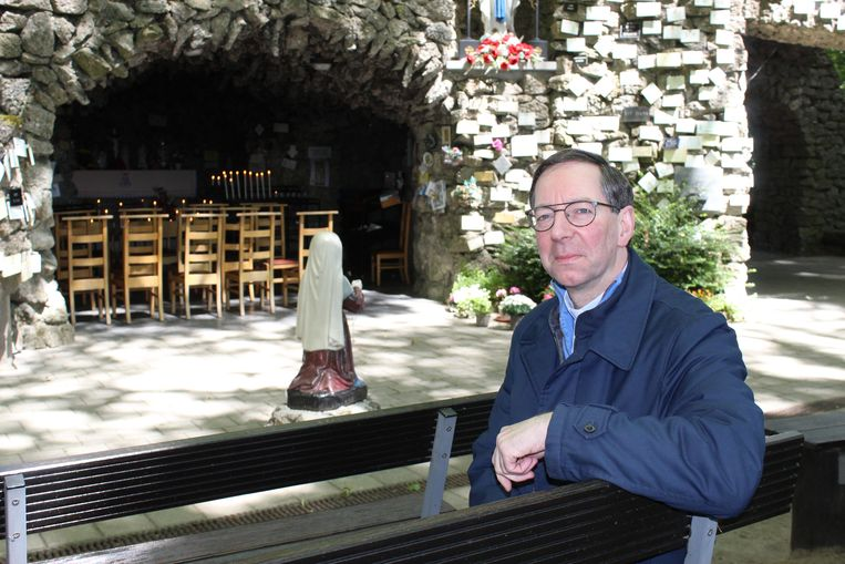 Pastoor Luc Mertens aan de grot van Kleit.