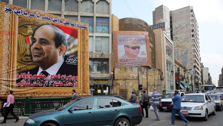 Een groot billboard met daarop de afbeelding van presidentskandidaat el-Sissi in de straten van Caïro Beeld EPA
