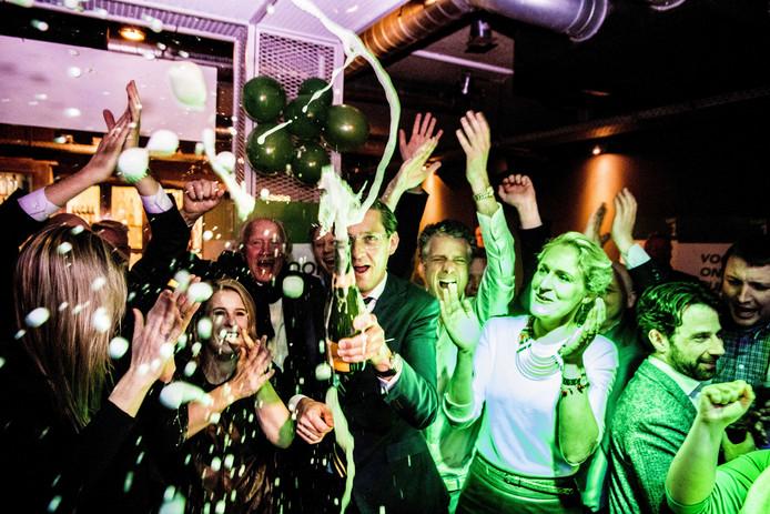 Joost Eerdmans van Leefbaar Rotterdam met een fles champagne tijdens de uitslagenavond van de gemeenteraadsverkiezingen. De teleurstelling is groot nu coalitiedeelname ver weg lijkt.