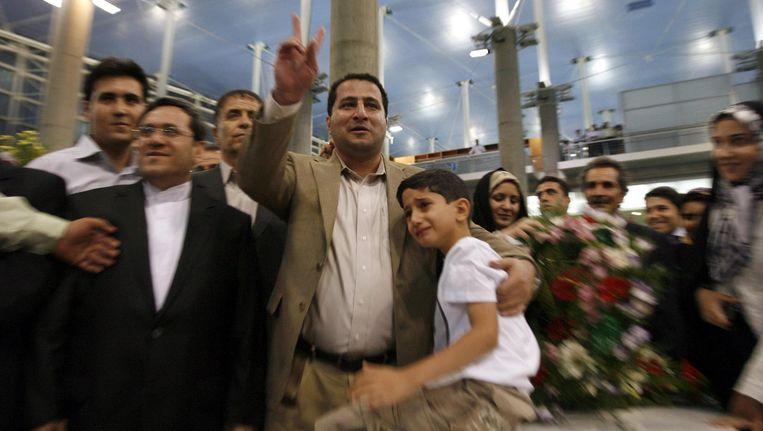 Een blije Shahram Amiri bij zijn terugkeer in Iran in 2010. Korte tijd later zou hij worden opgepakt. Beeld epa