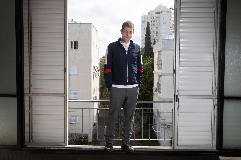 Nir Baram in zijn appartement in Tel Aviv, Israël.
