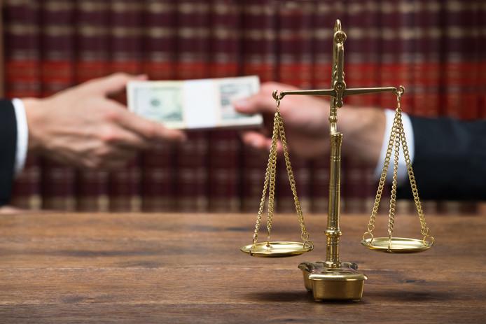 Helmond verwacht een flinke som geld te kunnen halen bij de ex-vrouw van een voor fraude veroordeelde voormalig ambtenaar.