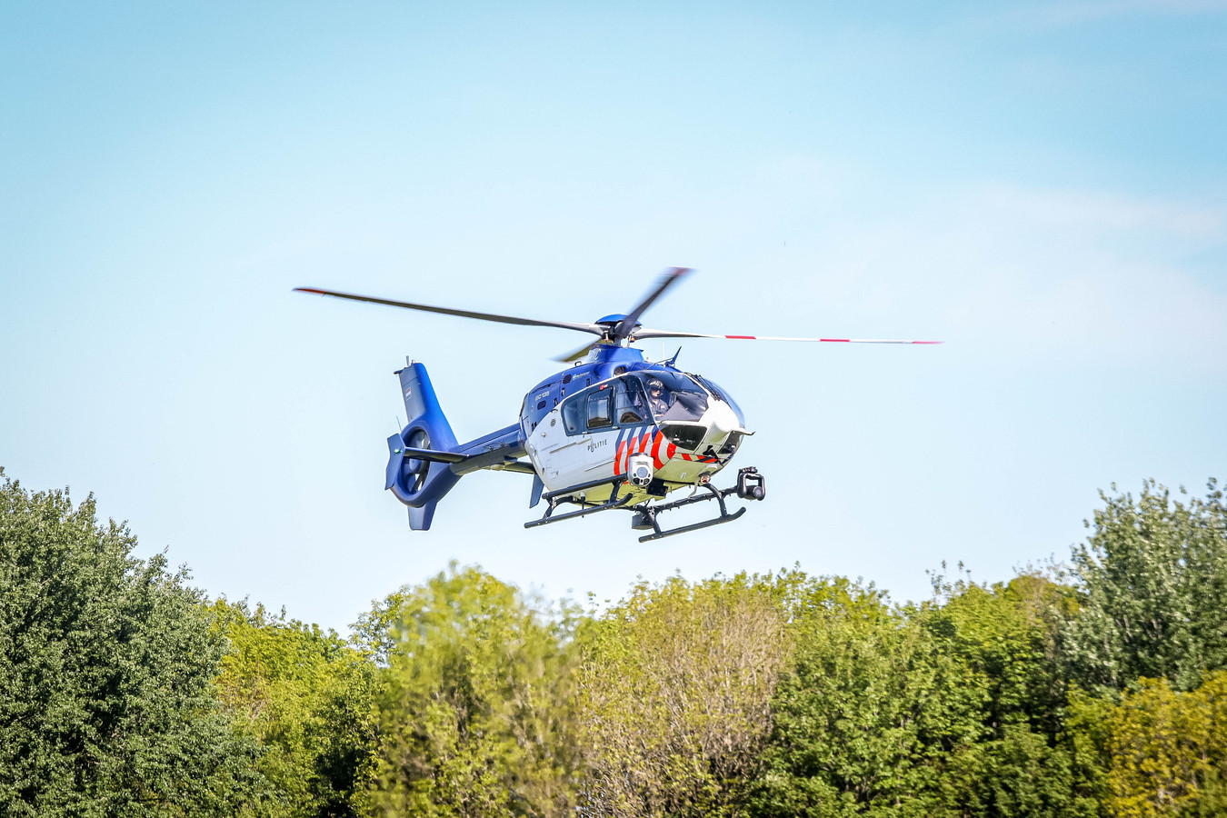 De politiehelikopter onderzocht de plek van de steekpartij.