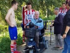 Voetbalspelers aarzelen geen moment en duiken sloot in om twee ouderen te redden