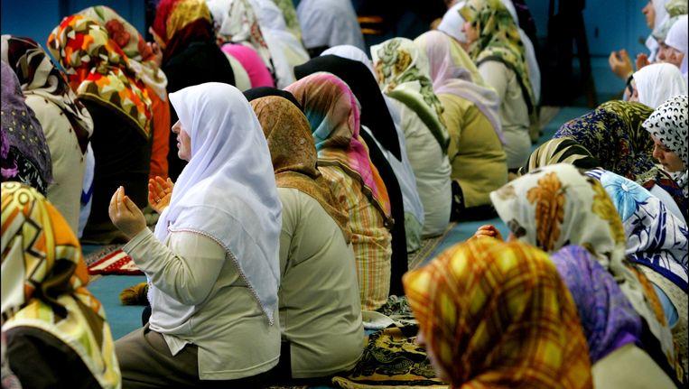 Een gebed in de speciale vrouwenruimte van de Kocatepe moskee in Rotterdam. Beeld anp