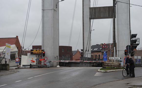 Nog een kleine maand en Humbeek SAS heeft opnieuw een brugdek.