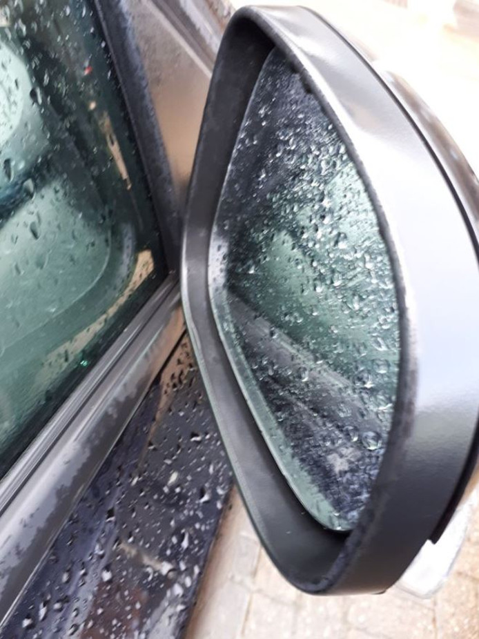 Van auto's in Puttershoek en Strijen zijn de buitenspiegels gestolen.