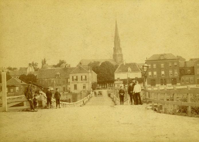 De schipbrug bij de Nieuwe Kraan in 1890.