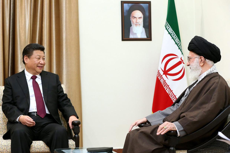 Xi Jinping met  hoogste leider van Iran Ayatollah Ali Khamenei in 2016. Beeld Hollandse Hoogte / EPA