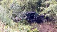 Mini Cooper belandt diep in berm langs E40 in Loppem