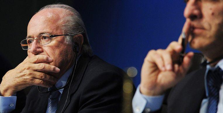 Sepp Blatter met rechts van zich hoofd communicatie van de FIFA, Walter De Gregorio. Beeld ANP