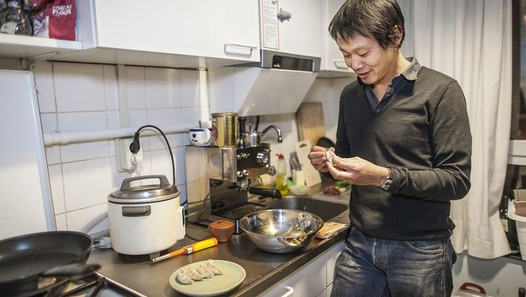 Hoe je gyoza maakt, dat kan Fow Pyng Hu nog wel uitleggen. Beeld Marc Driessen / www.marcdriessen.nl