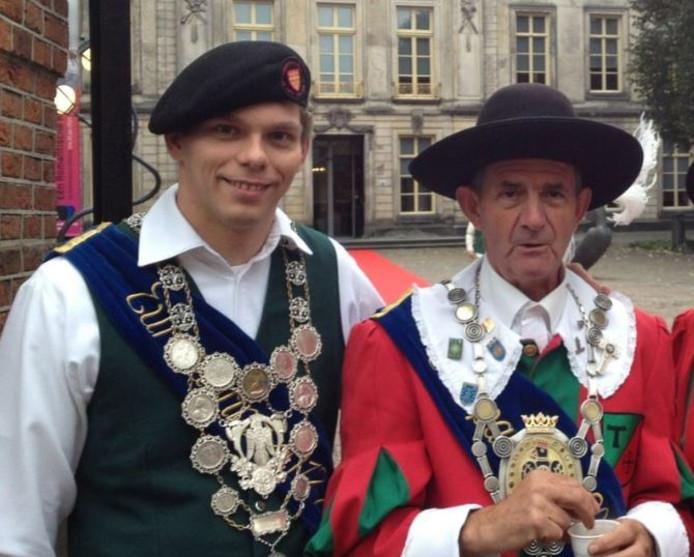 Bram van Bergen, oud-Europa Gildeprins (links) en oud-Europakoning Toon Weijtmans losten de eerste schoten.