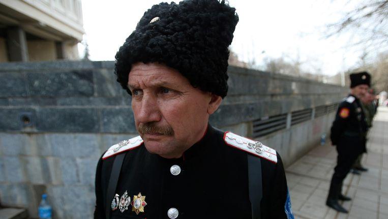 Kozakken houden de wacht bij het parlementsgebouw in Simferopol, de hoofdstad van de Krim Beeld REUTERS