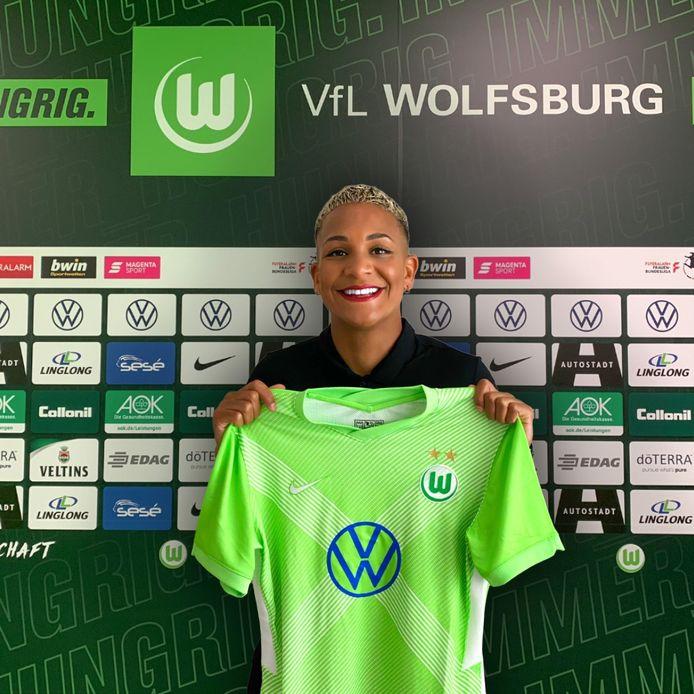 Shanice van de Sanden met het shirt van VfL Wolfsburg