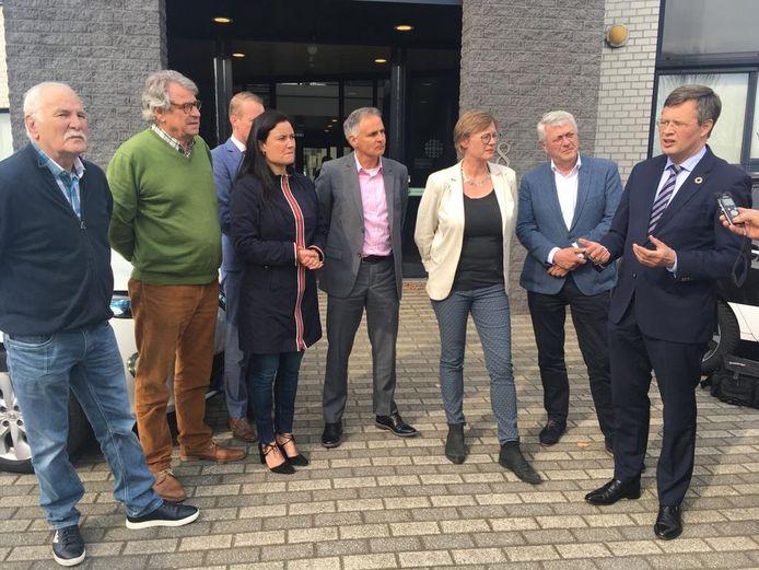 Jan Peter Balkenende (rechts) voorafgaand aan de overhandiging van de cheque bij de Zuidhoek