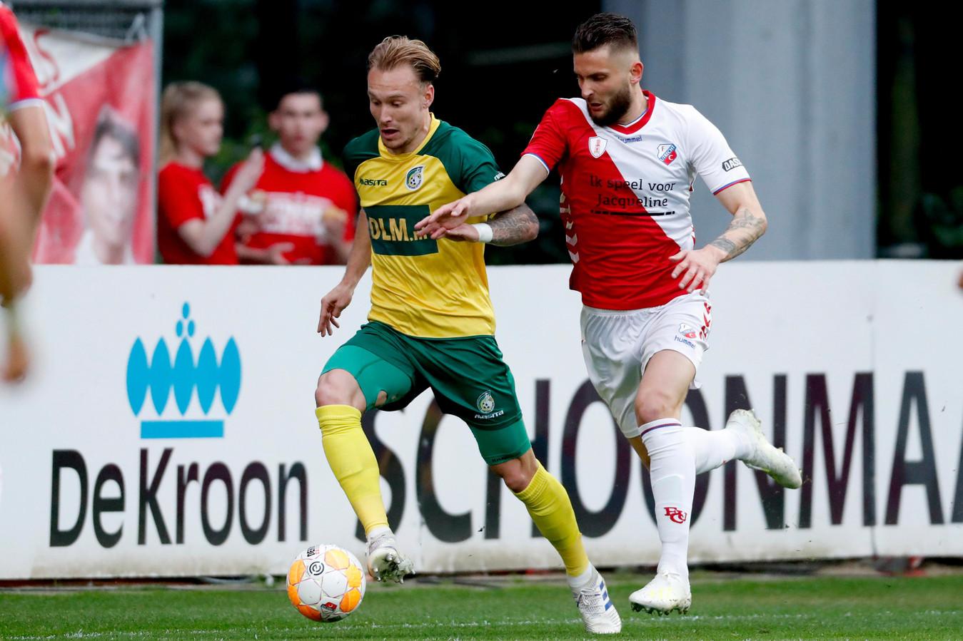 Mark Diemers van Fortuna Sittard dribbelt voorbij Nicolas Gavory van FC Utrecht. Verdedigers hadden veel overtredingen nodig om hem af te stoppen.