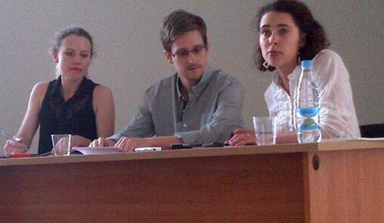 Snowden tijdens de bijeenkomst op het vliegveld in Moskou - foto: Tanya Lokshina/ Human Rights Watch Beeld ap