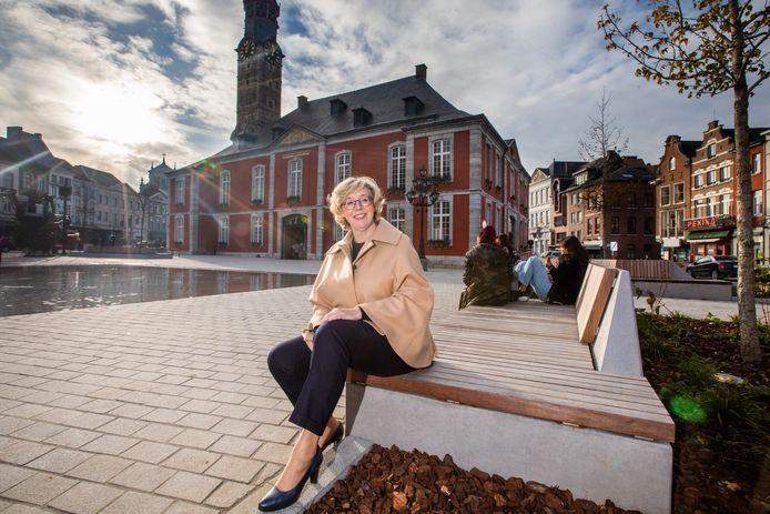 Veerle Heeren blikt terug op een ongewoon jaar als burgemeester van het zwaar getroffen Sint-Truiden, en vrouw van haar partner die zelf tegen het virus vocht.