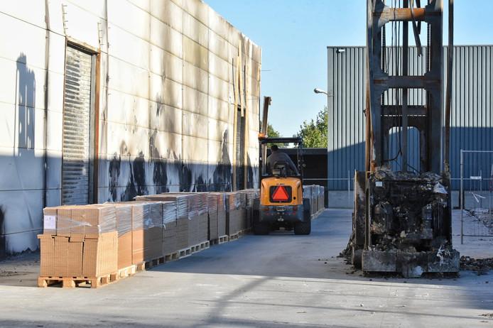 Het magazijn bij de aanmaakblokjesfabriek in Oisterwijk moet leeg op last van de brandweer.