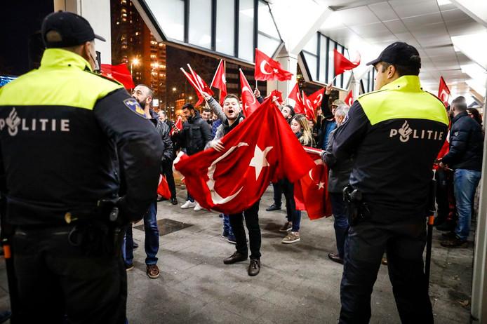 Turkse Nederlanders demonstreren op 11 maart voor het Turkse consulaat in Rotterdam