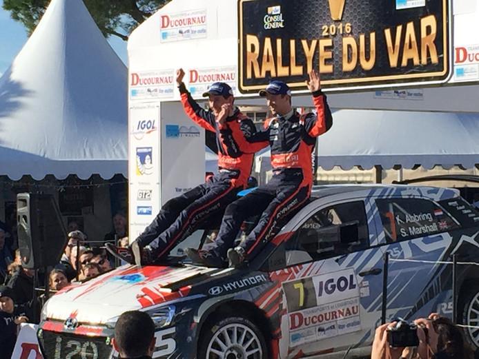 Kevin Abbring viert de zege in de Rallye du Var met navigator Seb Marshall.