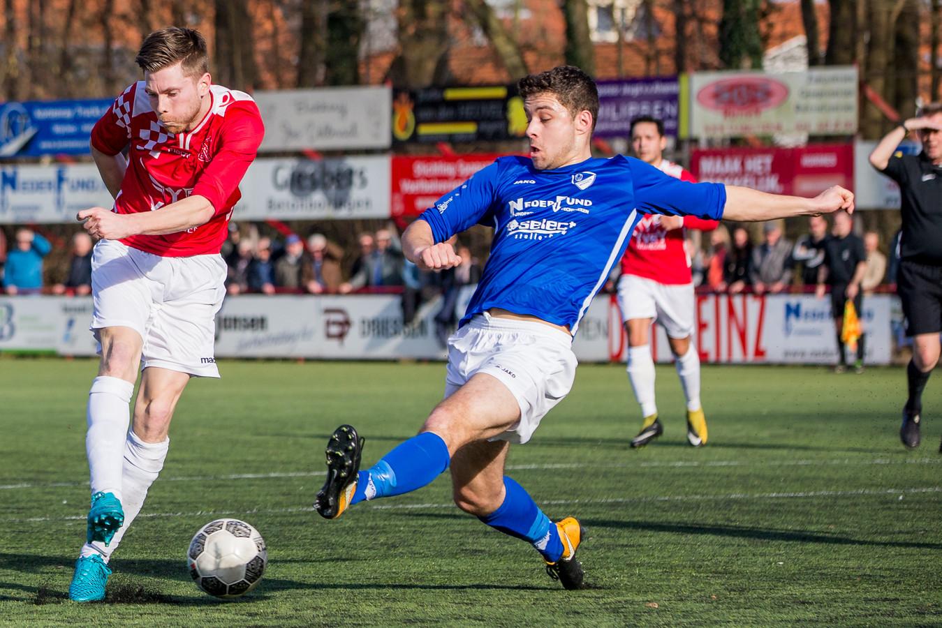 Sven van Gelder (links) van Alverna haalt uit in de derby, in februari dit jaar. Rechts: Joep van de Vondervoort.