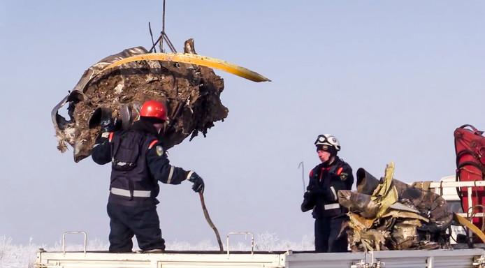 Reddingswerkers bij het neergestorte vliegtuig.