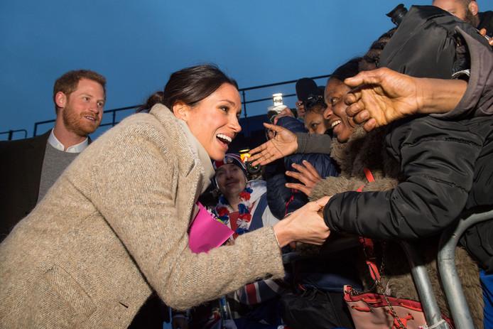 Prins Harry en zijn verloofde Meghan tijdens hun bezoek aan de Londense wijk Brixton, waar een grote zwarte en Aziatische gemeenschap woont. Vanwege haar gemengde afkomst is Meghan er erg geliefd.