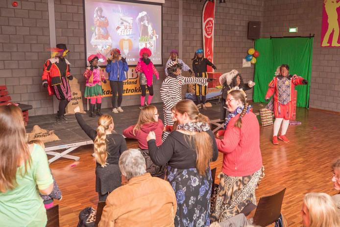 De Sinterklaas-show van stichting Feest voor Ieder Kind in Sint-Maartensdijk. Uiterst rechts Party Piet Paco.