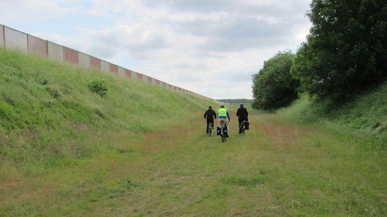 Nu moeten werknemers nog langs een stuk groen fietsen om de luchthaven te bereiken.