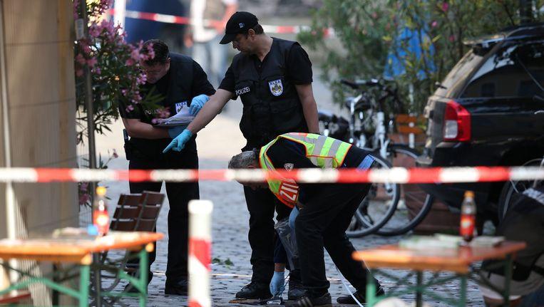 Politieagenten in Ansbach onderzoeken de plaats waar zondagavond een Syriër zichzelf opblies. Beeld EPA