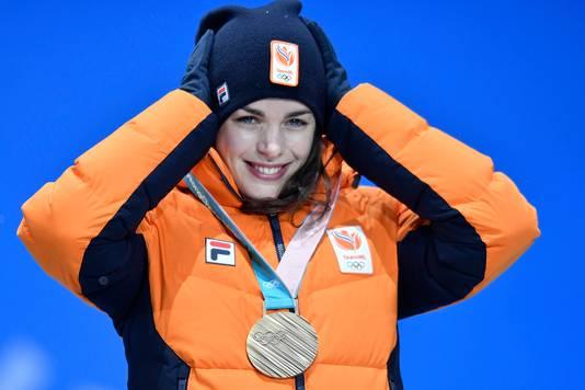 Marrit Leenstra kreeg vandaag haar bronzen plak voor de 1500 meter omgehangen.