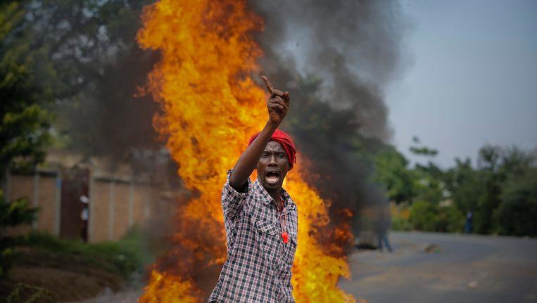 Een demonstrant in Burundi.
