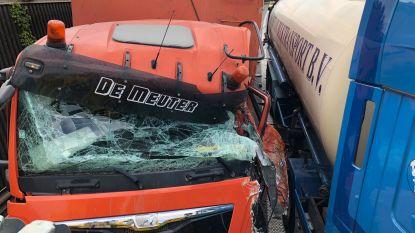 Hinder op A12 naar Nederland door ongeval met drie vrachtwagens