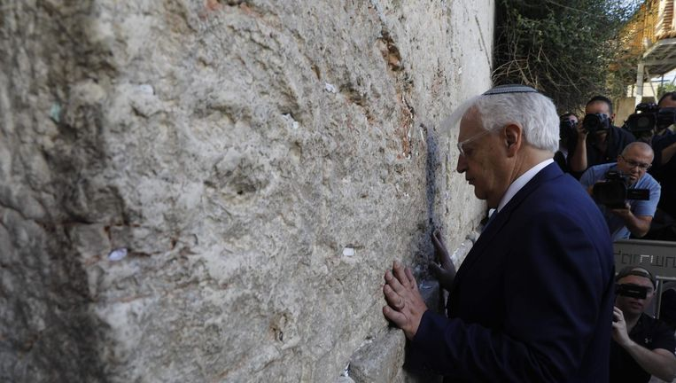 De nieuwe Amerikaanse ambassadeur Friedman brengt maandag een bezoek aan de Klaagmuur in Jeruzalem. Beeld afp